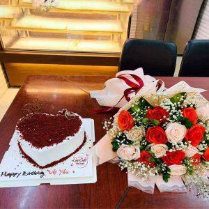 Bánh sinh nhật và hoa
